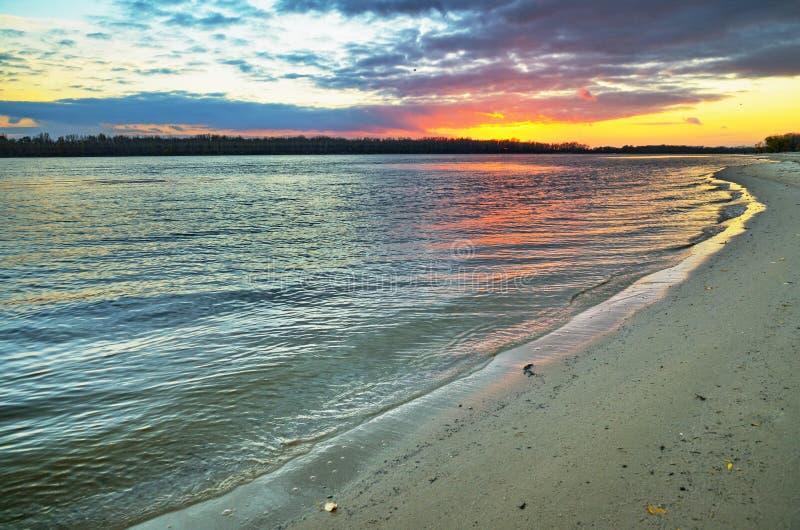 Costa costa de Sandy del río grande en puesta del sol fotos de archivo libres de regalías