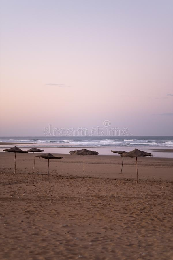 Costa de Sidi Kaouki, Marrocos, África Tempo do por do sol de Marrocos cidade da ressaca maravilhosamente fotografia de stock royalty free