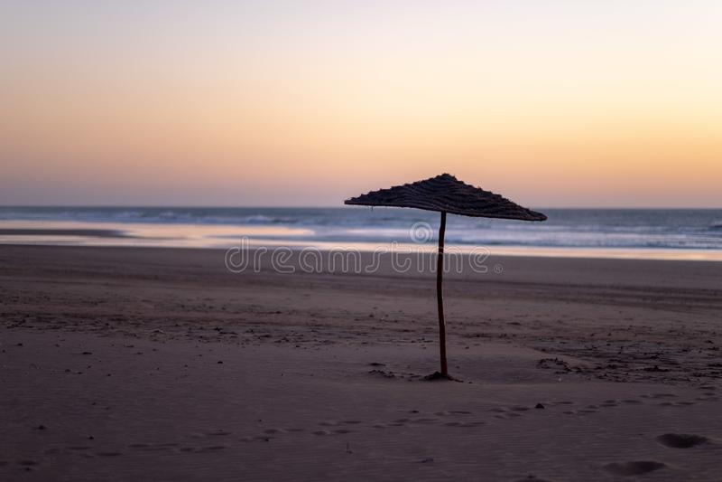 Costa de Sidi Kaouki, Marrocos, África Tempo do por do sol cidade da ressaca do wonderfull de Marrocos imagens de stock royalty free