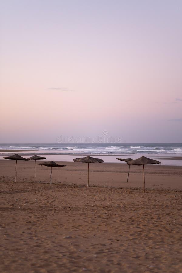 Costa de Sidi Kaouki, Marruecos, África Tiempo de la puesta del sol de Marruecos ciudad de la resaca maravillosamente fotografía de archivo libre de regalías