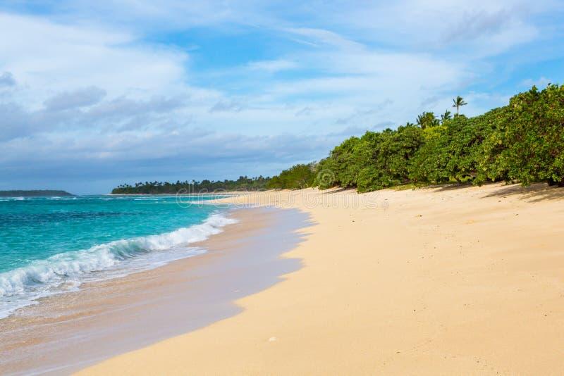Costa de um azul celeste, turquesa, lagoa azul Ondas, ressaca, swash em um Sandy Beach idílico vazio remoto na ilha da FOA, Haapa imagem de stock