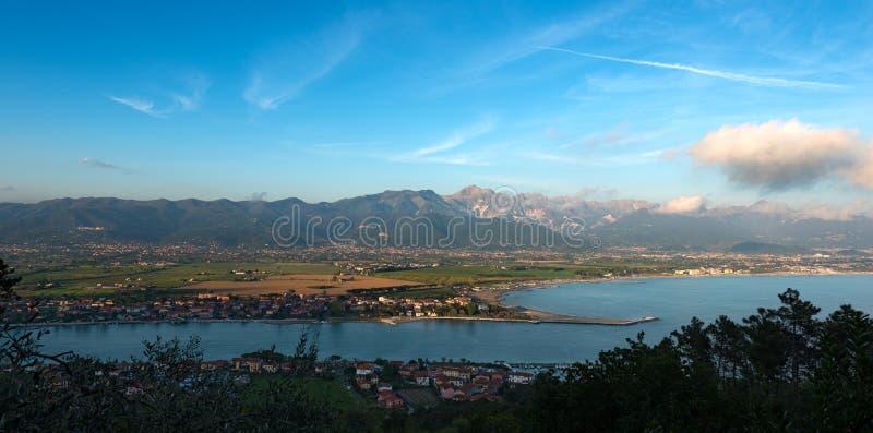 Costa de Versilia y montañas de Apuan - Italia imágenes de archivo libres de regalías