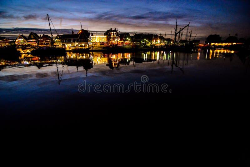 Costa de Volendam en la noche los Países Bajos foto de archivo