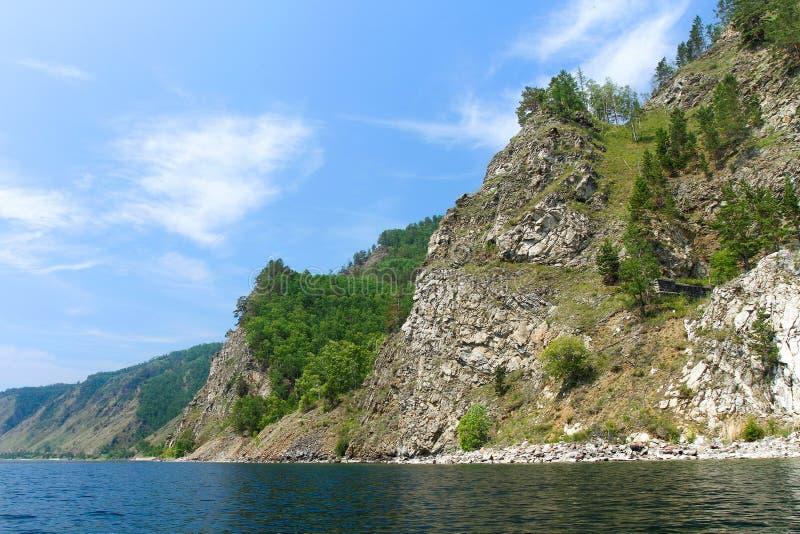 Costa del ferrocarril de circum-baikal Lago Baikal foto de archivo libre de regalías