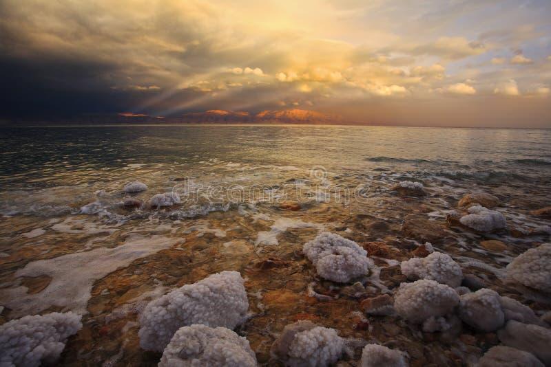 Costa del mar muerto en tempestad de truenos. fotos de archivo