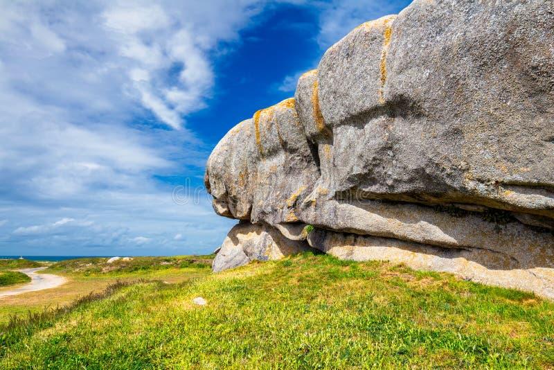 Costa del océano en el pueblo de Meneham con las rocas y los barcos, Ker del granito imagen de archivo libre de regalías