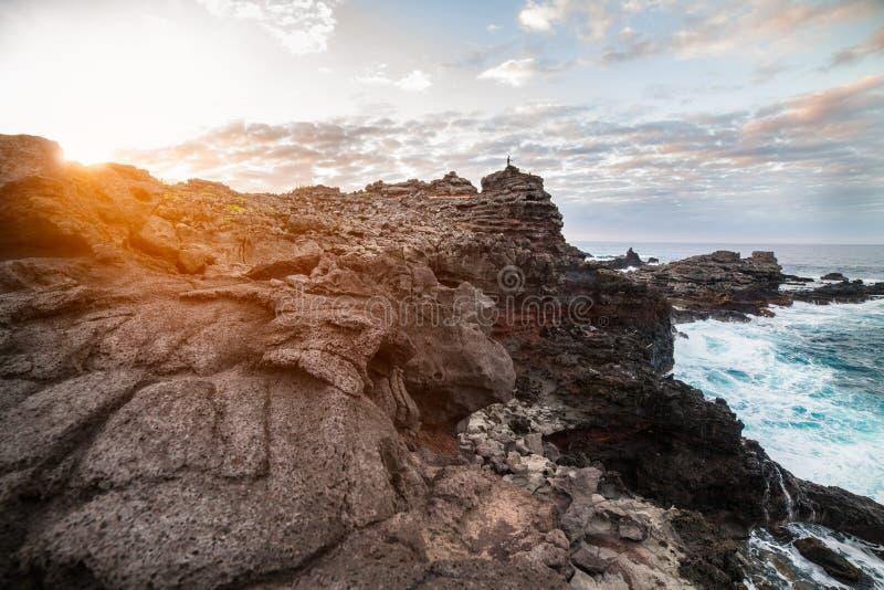 Costa costa del Océano Pacífico del acantilado de la montaña del volcán en el tiempo de la puesta del sol en Hawaii, Maui imágenes de archivo libres de regalías