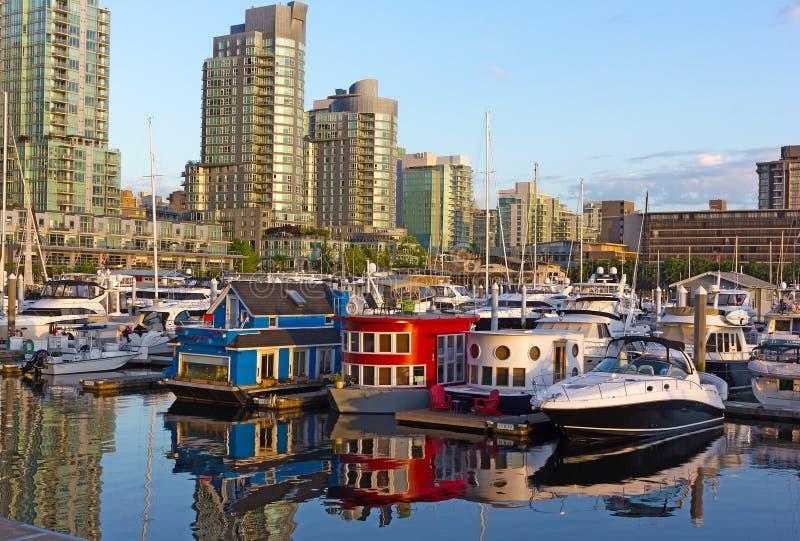 Costa del puerto del carbón con la fila de casas barco en Vancouver A.C., Canadá foto de archivo libre de regalías