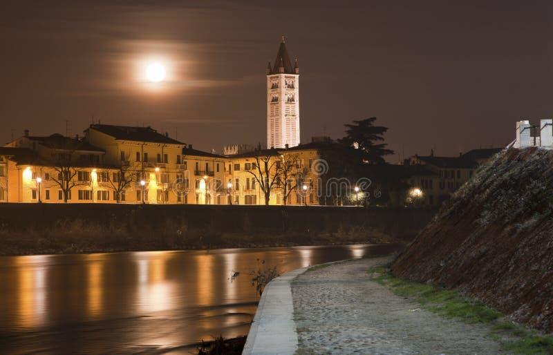 Costa del río de Verona - del Adigio y torre de San Zeno imagenes de archivo