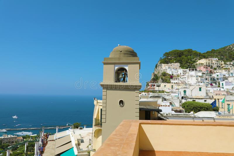 Costa dell'isola di Capri con gli yacht in un bello giorno di estate, Italia fotografia stock