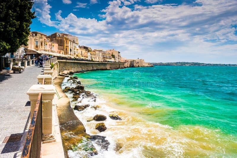 Costa dell'isola di Ortigia alla città di Siracusa immagine stock