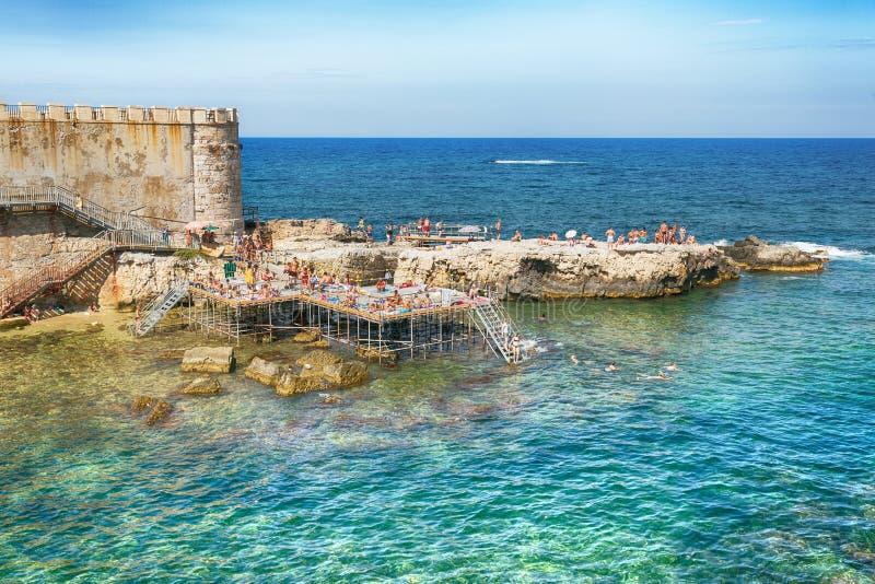 Costa dell'isola di Ortigia alla città di Siracusa, Sicilia, Italia immagine stock