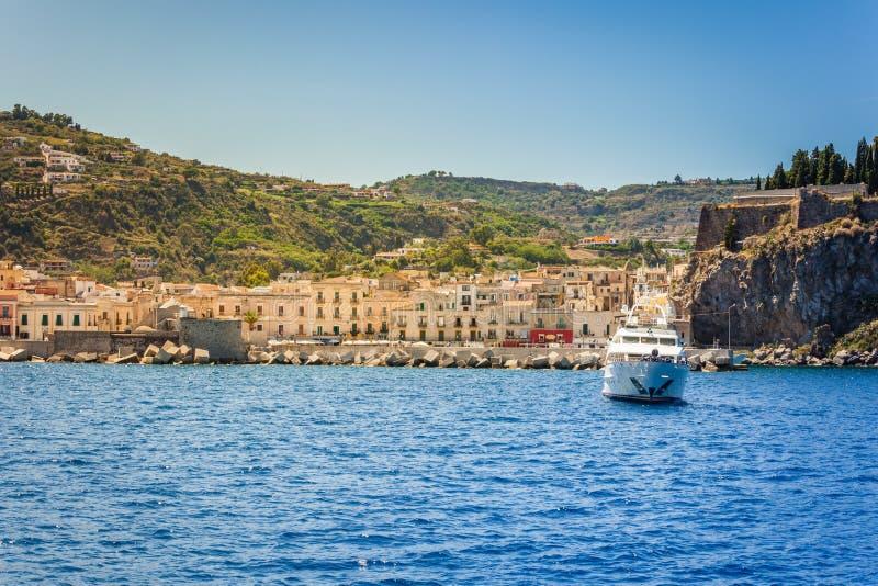 Costa dell'isola Lipari in Italia immagine stock libera da diritti