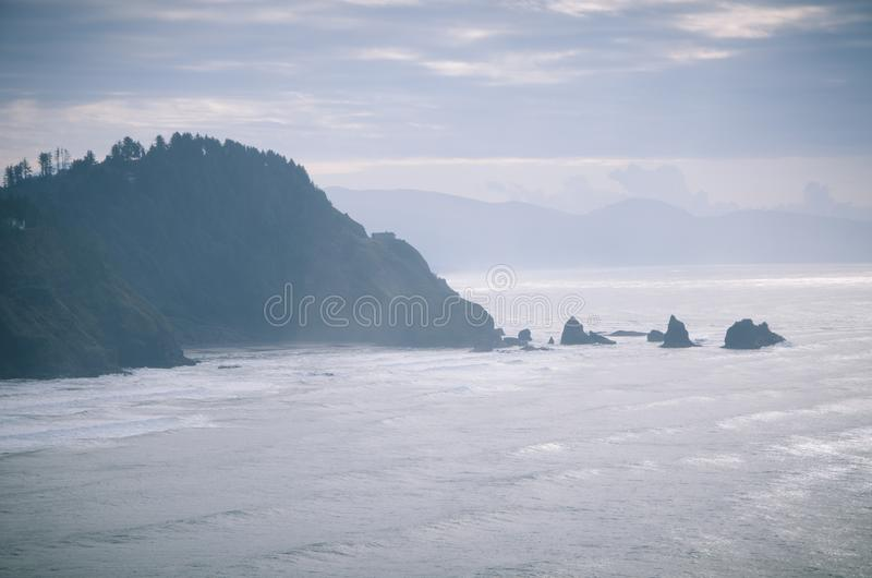 Costa dell'Oregon in verde blu fotografia stock