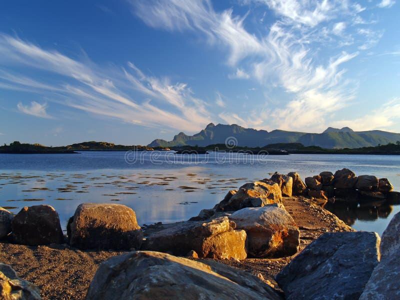 Costa della Norvegia al tramonto fotografia stock libera da diritti