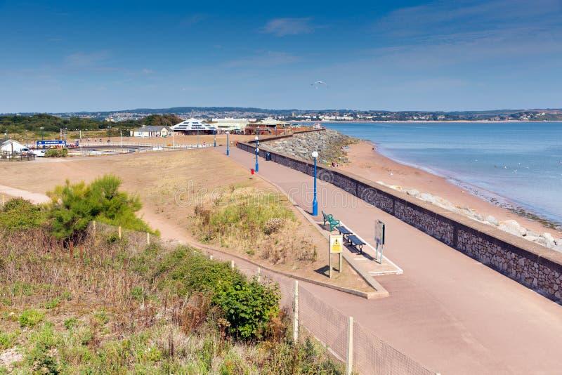 Costa della spiaggia del labirinto di Dawlish e passeggiata Devon England il giorno di estate del cielo blu fotografie stock