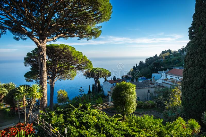 Costa di Amalfi con il golfo di Salerno dai giardini di Rufolo della villa in Ravello, Italia immagini stock libere da diritti