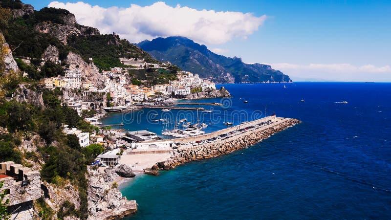 Costa di Amalfi, Italia del sud, mare blu, nuvole, cielo blu fotografia stock libera da diritti