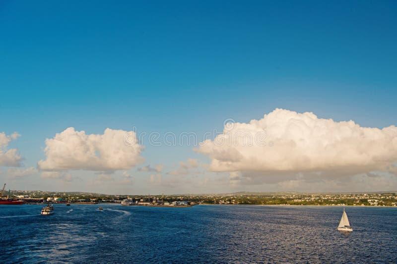 Costa di Bridgetown, Barbados vedute dal mar dei Caraibi Navi di navigazione in mar dei Caraibi Vacanze estive sui Caraibi immagine stock