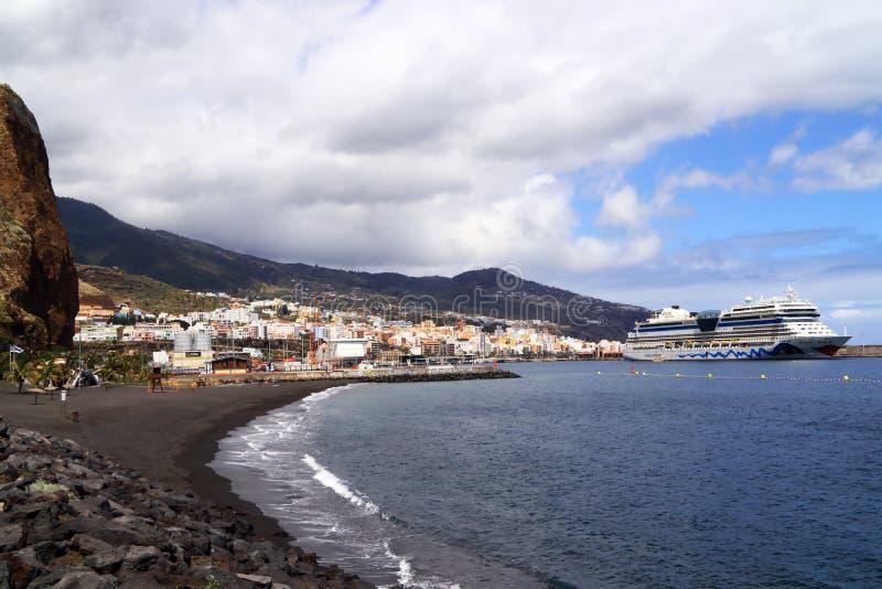 Costa di Canary Island La Palma con città e porto di Santa Cruz fotografia stock