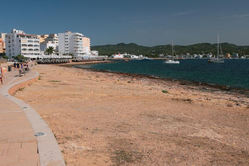 Costa di mare, passeggiata, località di soggiorno San Antonio, Ibiza, Spagna fotografia stock libera da diritti