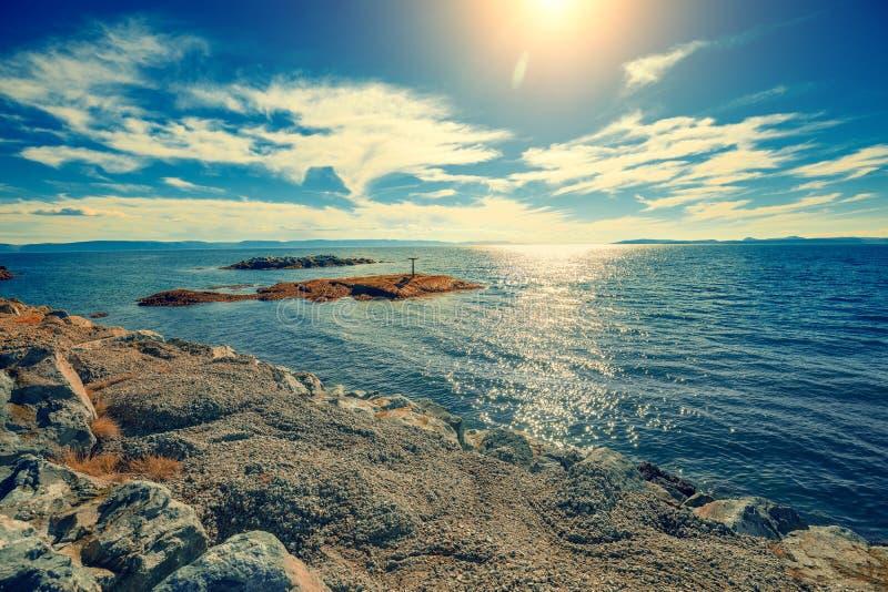 Costa di mare rocciosa immagine stock