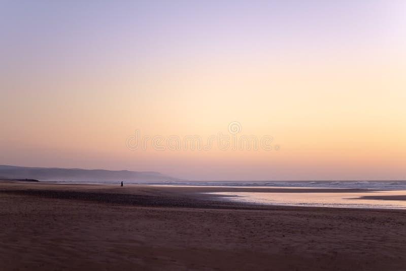 Costa di Sidi Kaouki, Marocco, Africa Tempo di tramonto del Marocco città della spuma meravigliosamente immagine stock libera da diritti