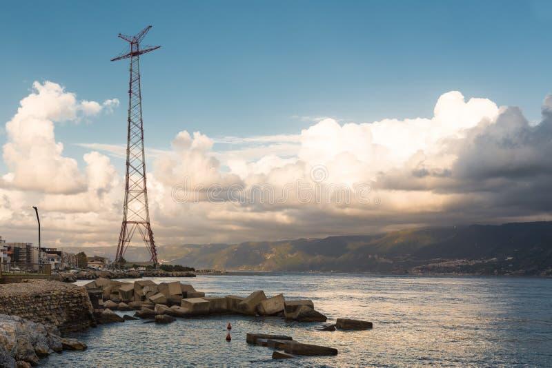 Costa di tramonto della Sicilia vicino a Messina fotografia stock
