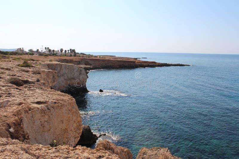 a costa diretta a ferro in Ayia Napa, Cipro fotografia stock