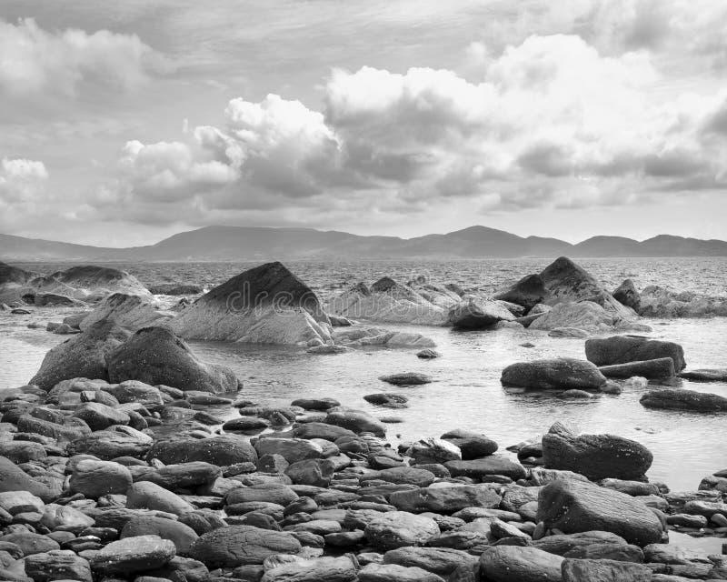 Costa do Kerry em ireland ocidental com o beara no fundo fotos de stock royalty free