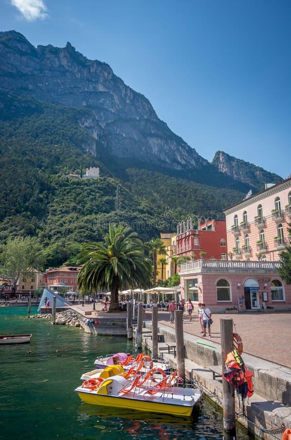 A costa do lago Garda durante o verão, Riva del Garda fotografia de stock
