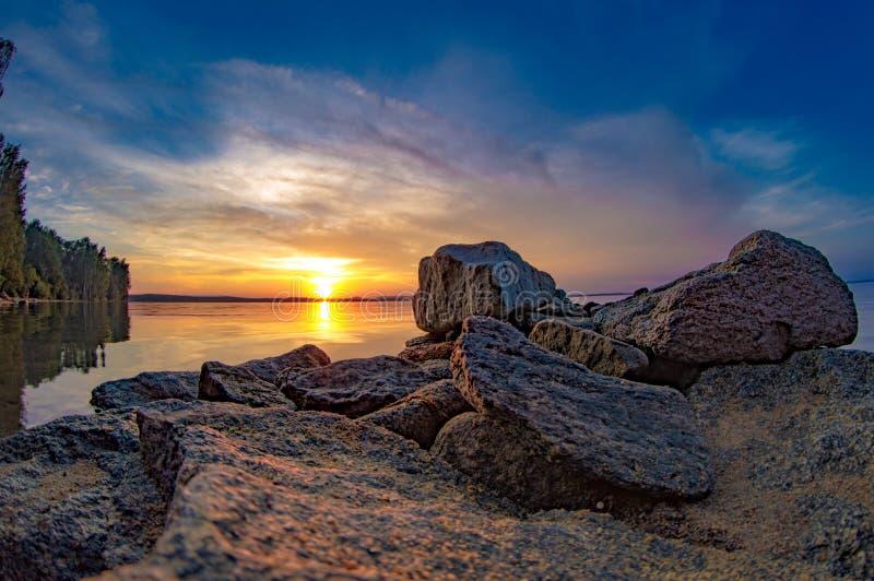 Costa do lago Por do sol Bacia azul com água clara foto de stock