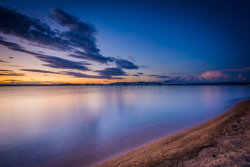 A costa do lago Winnipesaukee no por do sol, na paridade do estado de Ellacoya fotografia de stock royalty free