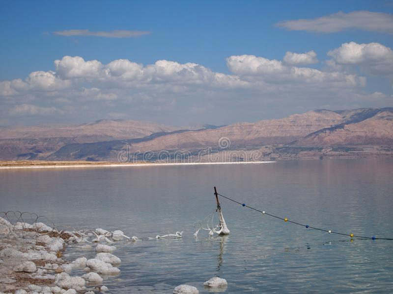 Costa do Mar Morto Israel e a costa de Jordânia imagem de stock