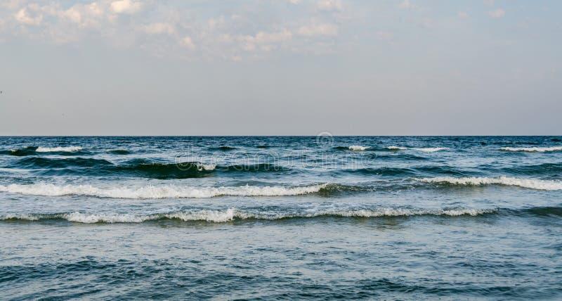 A costa do Mar Negro, ondas de água, céu azul foto de stock royalty free