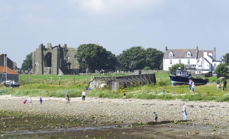 Costa do nordeste da ilha santamente de Lindisfarne de Inglaterra, Northumberland - 2 de agosto de 2016 fotografia de stock royalty free