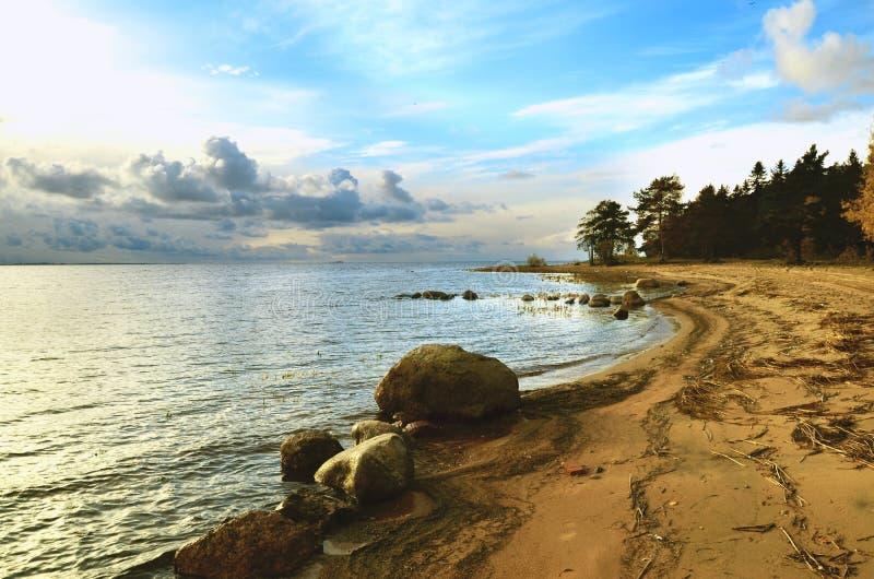 A costa do norte da baía e os pedregulhos encalham imagens de stock