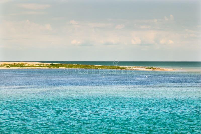 Costa do oceano com água de turquesa e o céu azul ensolarado das nuvens brancas fotografia de stock