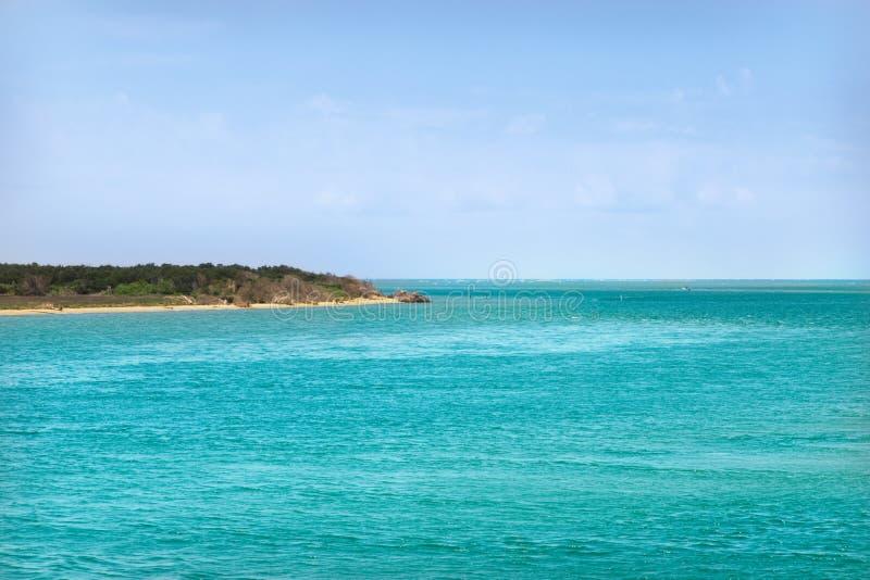 Costa do oceano com água de turquesa e o céu azul ensolarado das nuvens brancas fotografia de stock royalty free