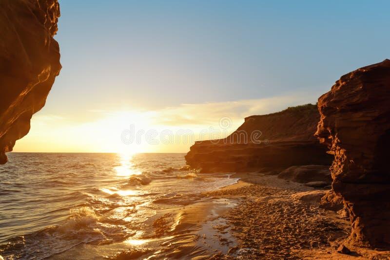 Costa do oceano no nascer do sol imagem de stock