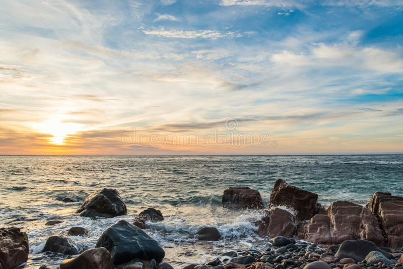 Costa do oceano no nascer do sol imagens de stock