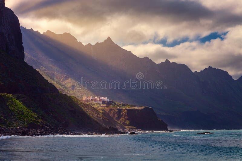 A costa do parque natural de Anaga, declarou uma reserva da biosfera por Unesco, ilha de Tenerife, Ilhas Canárias, Espanha imagens de stock royalty free