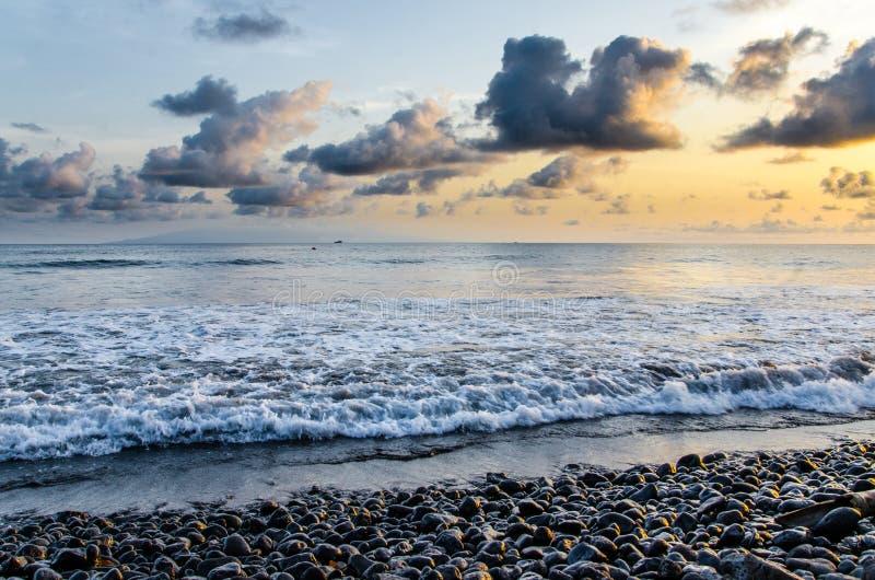 Costa dramática con la playa volcánica rocosa, las ondas y la puesta del sol hermosa, Limbe, el Camerún fotos de archivo