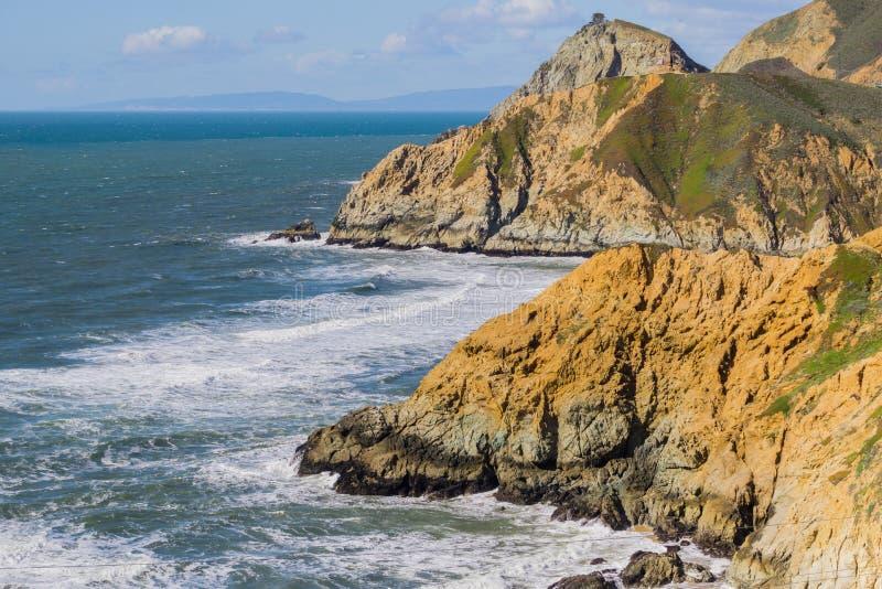 Costa costa dramática del Océano Pacífico en el punto de la diapositiva del diablo cerca de Pacifica, California fotografía de archivo
