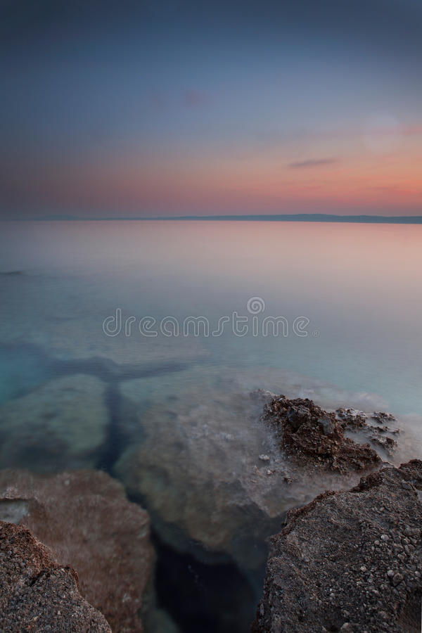 Costa durante o por do sol em Krk, Croácia fotos de stock