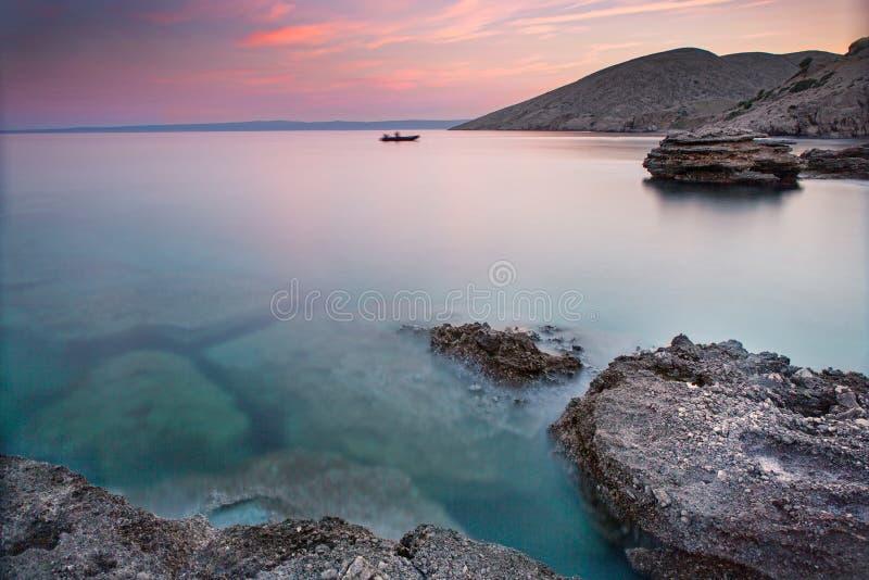 Costa durante o por do sol em Krk, Croácia imagens de stock royalty free