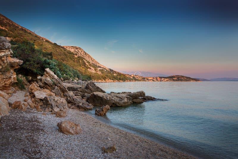 Costa durante o por do sol em Krk, Croácia fotos de stock royalty free