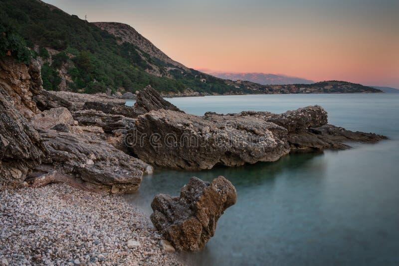 Costa durante puesta del sol en Krk, Croacia imagen de archivo