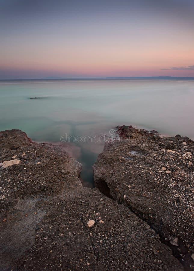 Costa durante puesta del sol en Krk, Croacia fotos de archivo