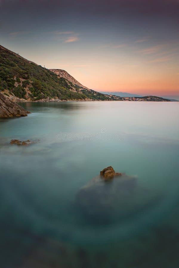 Costa durante puesta del sol en Krk, Croacia foto de archivo libre de regalías